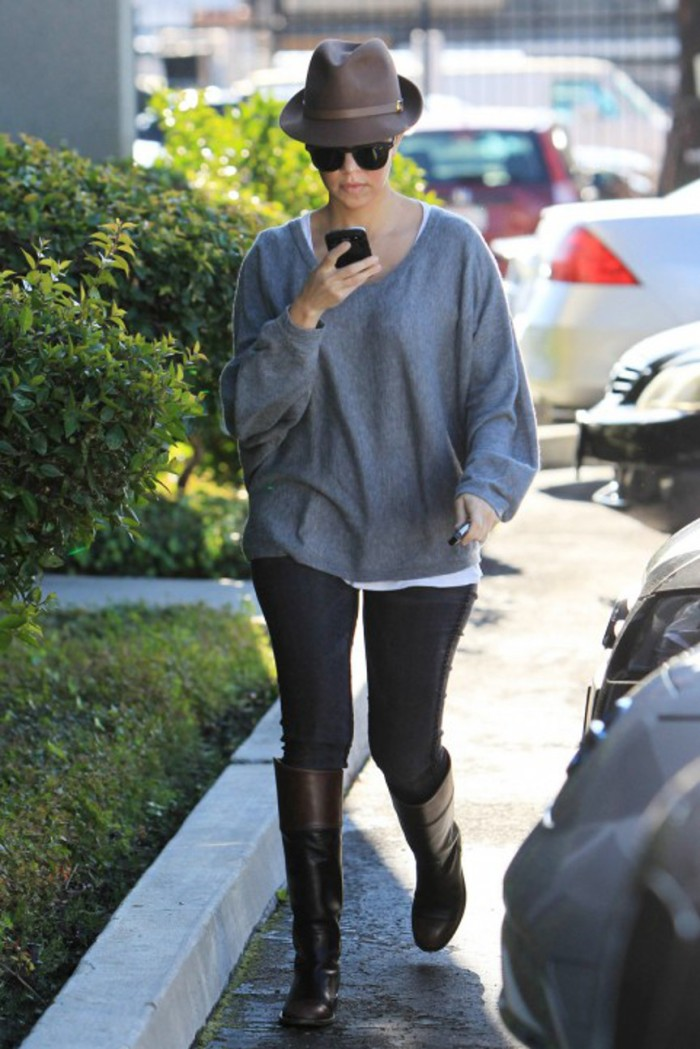 blog_fedora_Kourtney-Khloe-Kardashian-Kris-Jenner-Family-Business-Meeting-121511-8-481x721