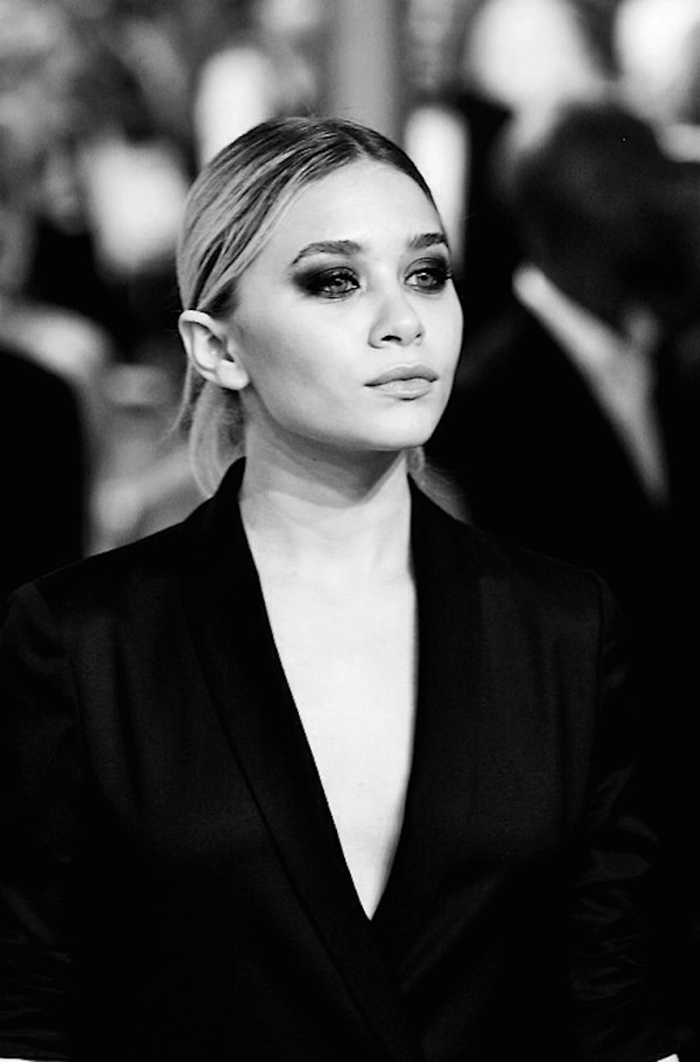 blog_Olsens-Anonymous-Blog-Style-Fashion-Get-The-Look-Beatuy-Close-Up-Ashley-Olsen-Sultry-Smokey-Eye-Sleek-Chic-Center-Part-Hair-Eyeshadow-Deep-V-Blazer-Jacket
